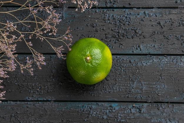 Vista superior de perto limão na mesa verde limão no centro da mesa cinza