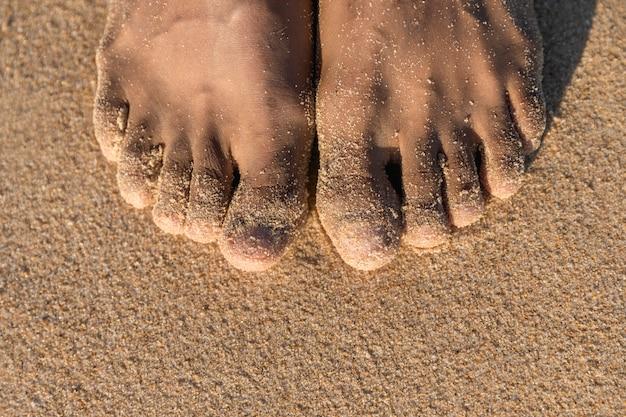 Vista superior, de, pés descalços, ligado, areia