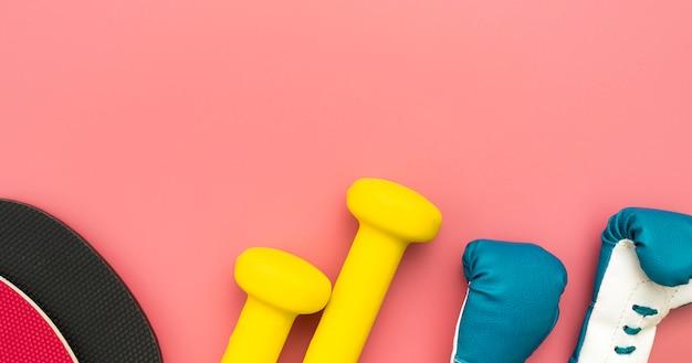 Vista superior de pesos com luvas de boxe e espaço para texto