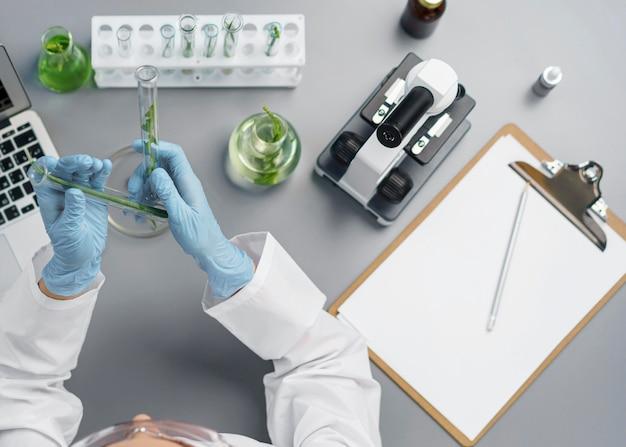 Vista superior de pesquisadora no laboratório