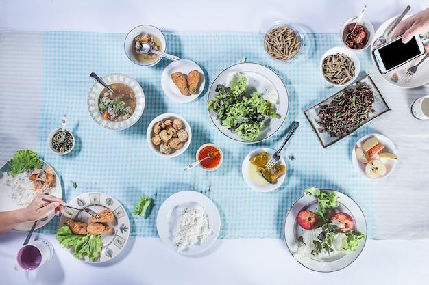 Vista superior de pessoas comendo comida juntos.