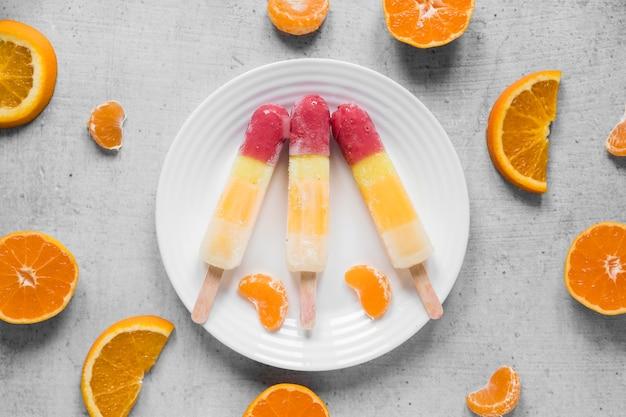 Vista superior de picolés com laranja