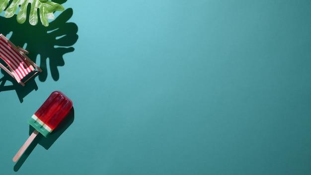 Vista superior de picolés de sabor de melancia sobre fundo verde