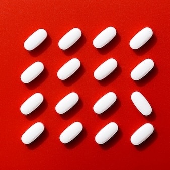 Vista superior de pílulas bem organizadas, exceto uma