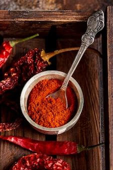 Vista superior de pimenta em pó e pimentão