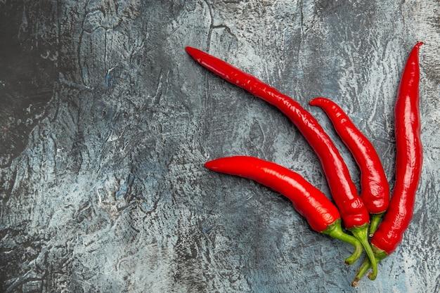 Vista superior de pimentas frescas picantes
