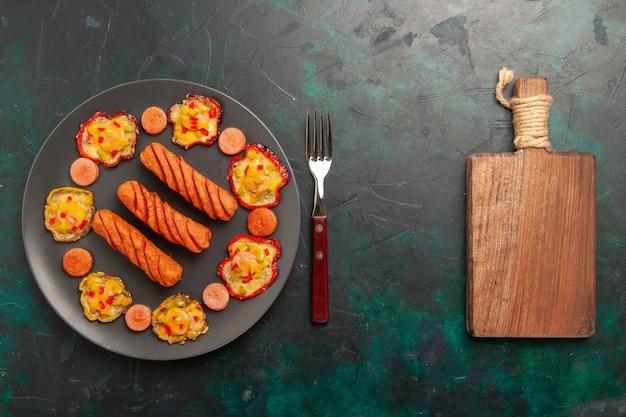 Vista superior de pimentões cozidos com salsichas e mesa
