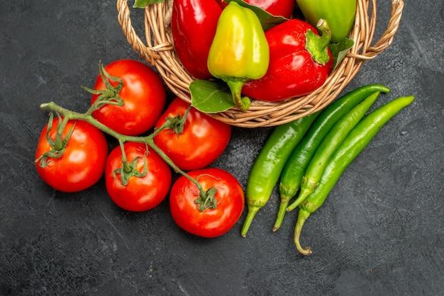 Vista superior de pimentões frescos com tomates vermelhos