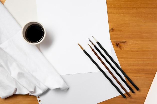 Vista superior de pincéis afiados e espaço de cópia de tinta