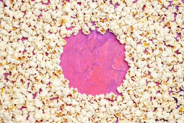 Vista superior de pipoca fresca para noite de cinema
