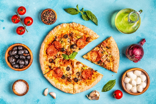 Vista superior de pizza de carne com ingredientes