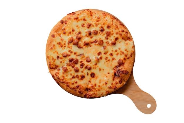 Vista superior de pizza em uma bandeja de madeira isolada em um fundo branco