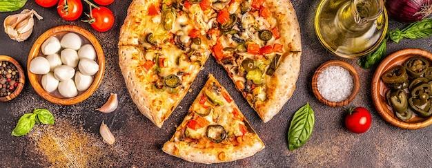 Vista superior de pizza mexicana com pimenta jalapeño