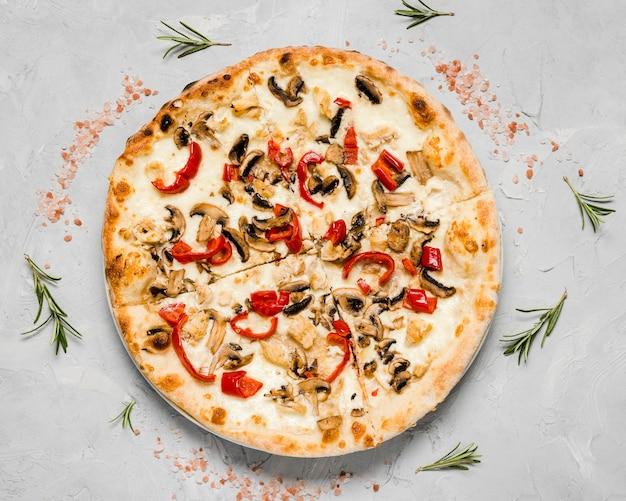 Vista superior de pizza vegetariana crocante