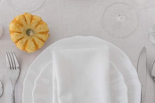 Vista superior de placas brancas na mesa com espaço de cópia