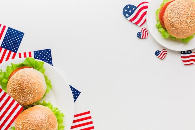 Vista superior de placas com bandeiras americanas e hambúrgueres