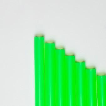 Vista superior de plástico verde canudos