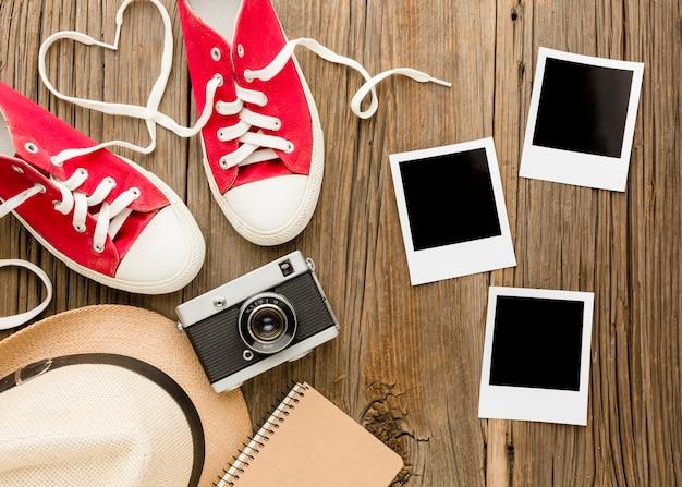 Vista superior de polaroids e sapatos para dia dos namorados