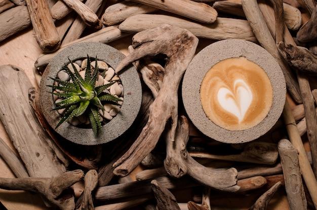 Vista superior de potes de concreto modernos e bonitos com bebida e planta de café