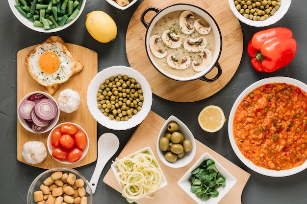 Vista superior de pratos com cogumelos e ovo frito