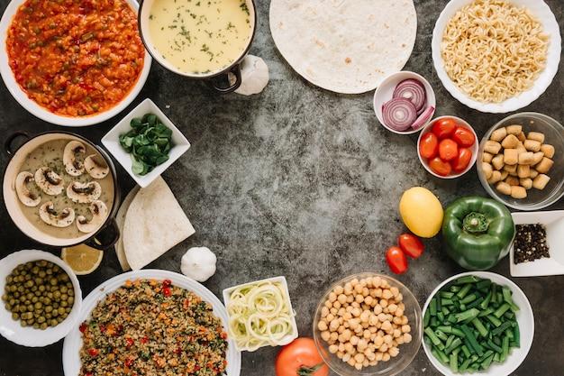 Vista superior de pratos com grão de bico e pimentão