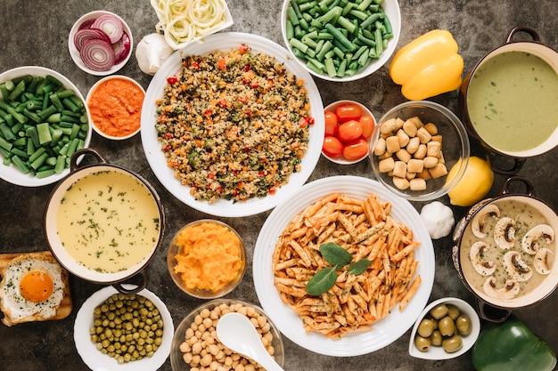 Vista superior de pratos com macarrão e risoto
