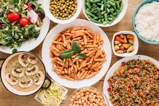Vista superior de pratos com salada e macarrão