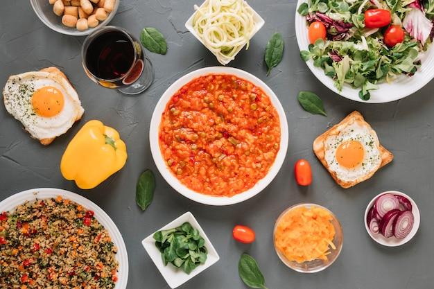 Vista superior de pratos com salada e ovos fritos
