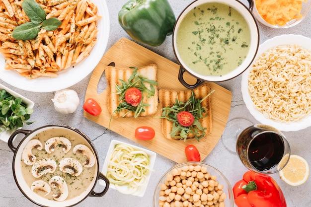 Vista superior de pratos com torradas e tomate cereja