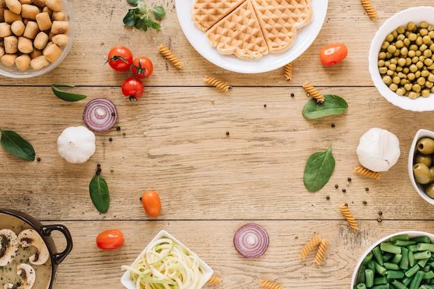 Vista superior de pratos com waffles e cebolas com espaço de cópia