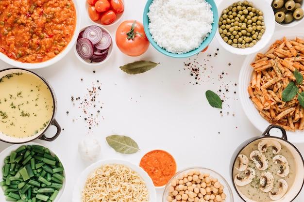 Vista superior de pratos de macarrão e arroz com espaço de cópia