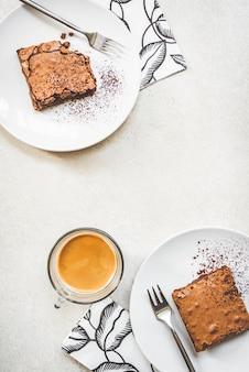 Vista superior de pratos de sobremesa com bolo de brownie