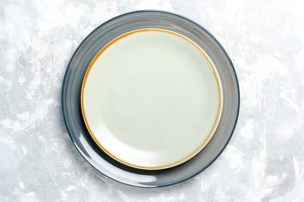 Vista superior de pratos redondos vazios na superfície branca