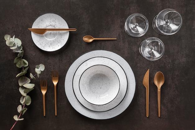 Vista superior de pratos, talheres e copos