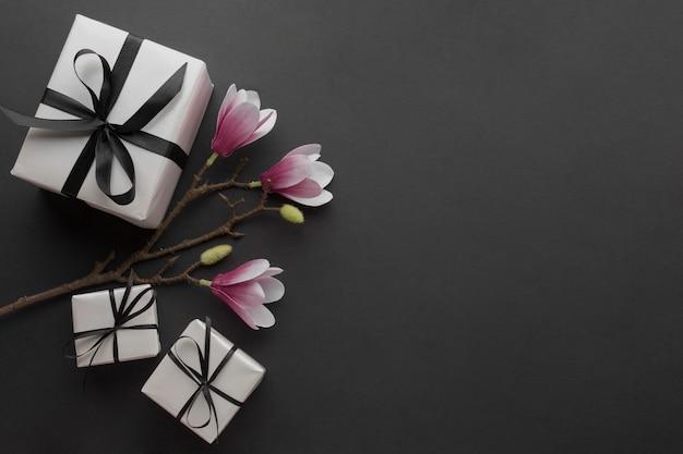 Vista superior de presentes com orquídea