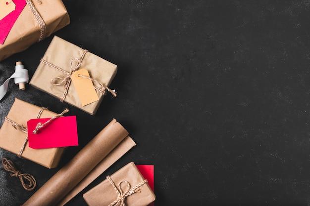 Vista superior de presentes com papel de embrulho