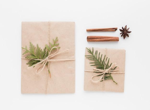 Vista superior de presentes com paus de canela e folhas