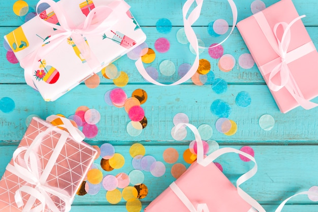 Vista superior de presentes de aniversário com confete
