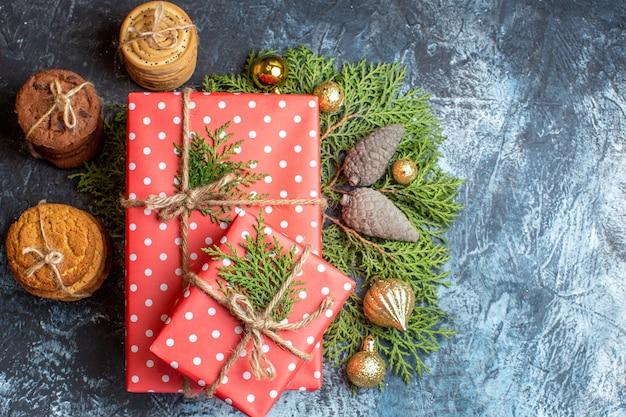 Vista superior de presentes de natal com biscoitos doces diferentes na mesa de luz