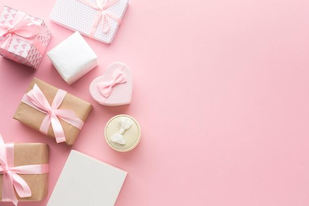 Vista superior de presentes-de-rosa com espaço de cópia