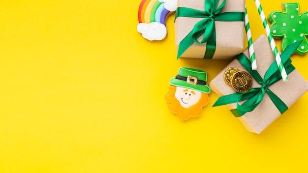 Vista superior de presentes e arranjo de duendes Foto Premium