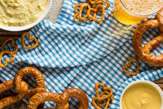 Vista superior de pretzels com cerveja e mostarda