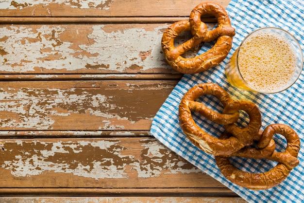 Vista superior de pretzels com cerveja