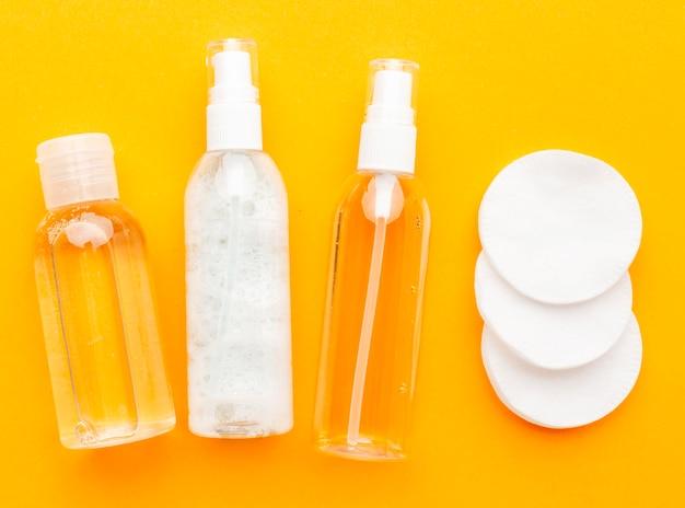 Vista superior de produtos cosméticos com almofadas de algodão