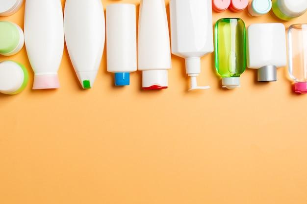 Vista superior de produtos cosméticos em diferentes potes e garrafas