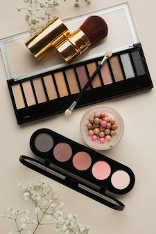 Vista superior de produtos cosméticos para maquiagem