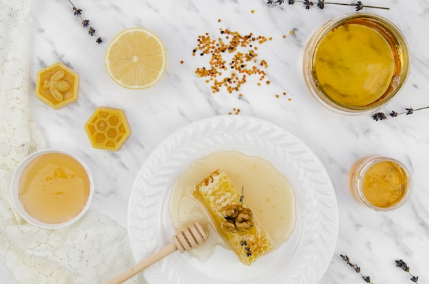 Vista superior de produtos de abelha dourada