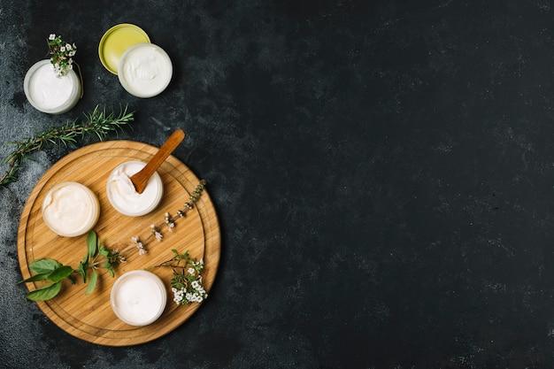 Vista superior de produtos de azeite e óleo de coco com espaço para texto