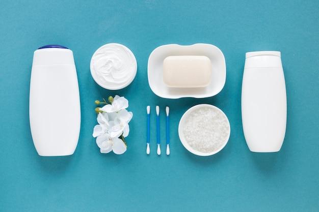 Vista superior de produtos de banho na mesa azul
