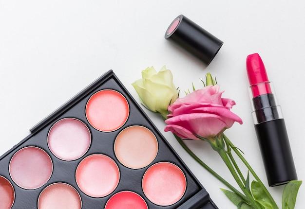 Vista superior de produtos de beleza com flores